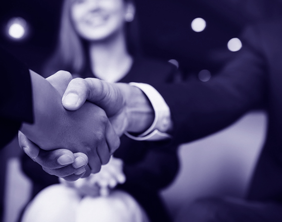 Se serrer la main pour une bonne collaboration